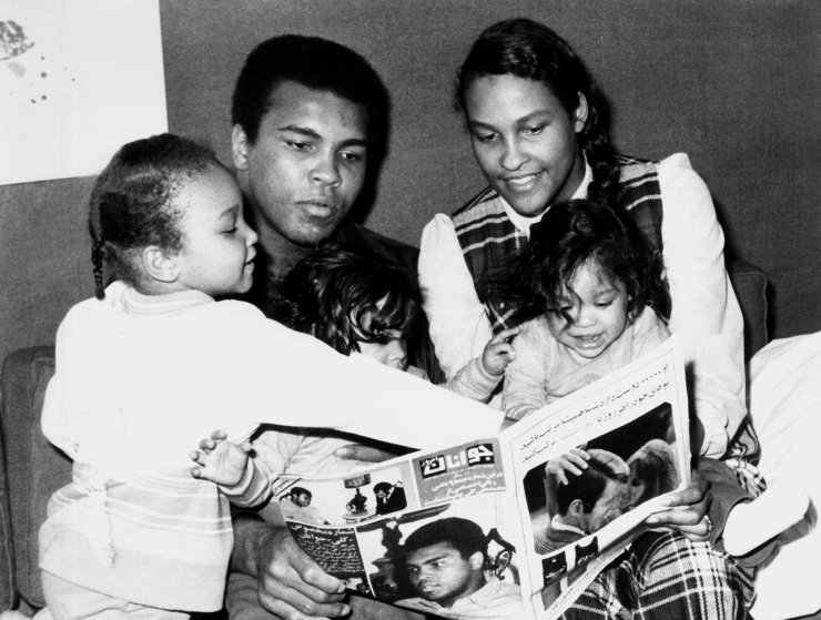 BPTRRJ MUHAMMAD ALI WIFE & CHILDREN HEAVYWEIGHT BOXER WITH FAMILY (1971)
